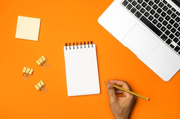 Vista superior do espaço de trabalho com fundo laranja