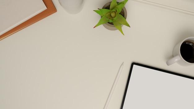 Vista superior do espaço de trabalho com simulação de tablet, xícara de café, artigos de papelaria, vaso de plantas e espaço de cópia na mesa branca