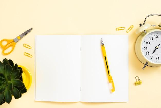 Vista superior do espaço de trabalho com um caderno aberto