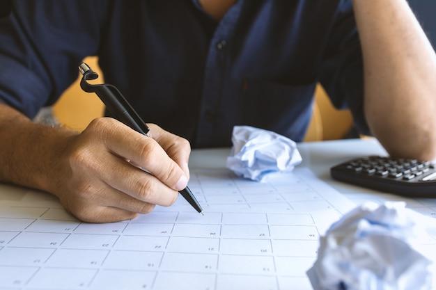 Vista superior do espaço de trabalho da mesa. empresário trabalhando no escritório com foco suave e sobre a luz de fundo. nenhuma ideia conceito
