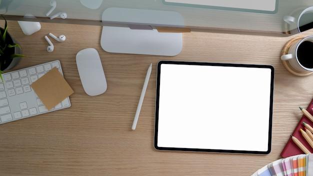 Vista superior do espaço de trabalho de design com computador, cópia espaço e material de escritório na mesa rústica moderna