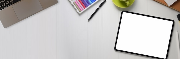 Vista superior do espaço de trabalho de design com tablet digital, suprimentos de designer e espaço para cópia