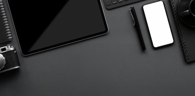 Vista superior do espaço de trabalho de luxo escuro com cópia espaço e material de escritório em fundo cinza