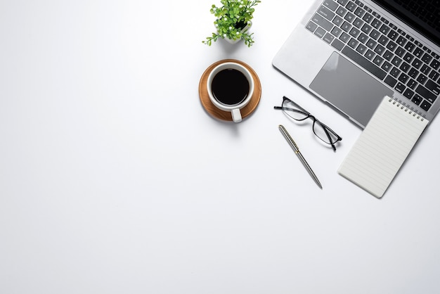 Vista superior do espaço em branco com o equipamento de trabalho da caneta de caderno tablet de pessoas de negócios. copie o espaço.