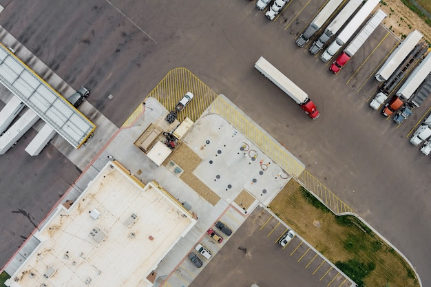 Vista superior do estacionamento do caminhão para na área de descanso na rodovia no posto de abastecimento