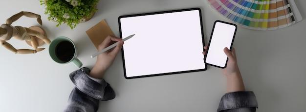 Vista superior do estudante universitário feminino fazendo tarefa com laptop e smartphone