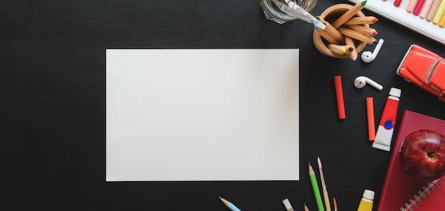 Vista superior do estúdio de artista na moda com papel de esboço e ferramentas de pintura