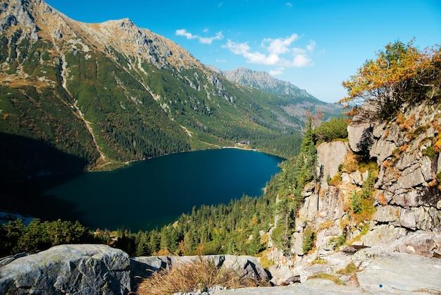 Vista superior do famoso lago de montanha morskie oko com uma bela natureza verde ao redor
