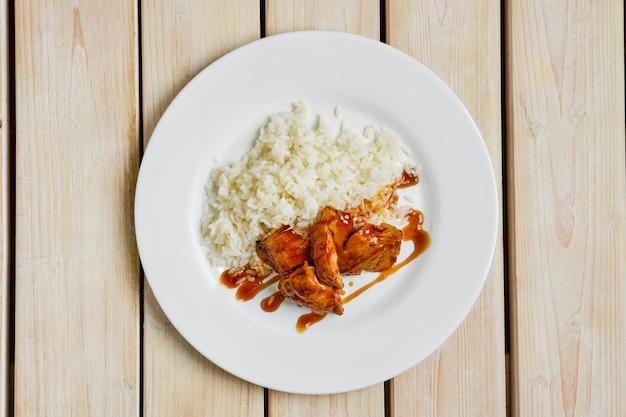 Vista superior do filé de frango assado com arroz e molho barbecue