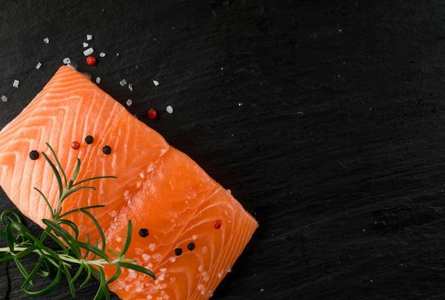 Vista superior do filé de salmão fresco. pedaço grosso de peixe vermelho fresco ou truta