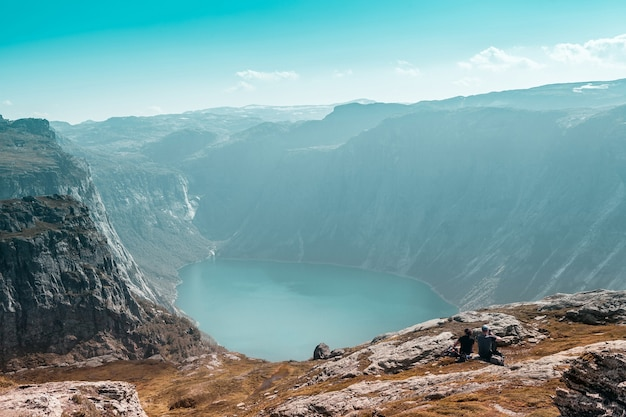 Vista superior do fiorde norueguês com dois turistas em primeiro plano