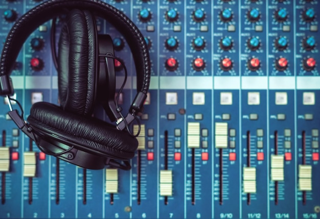 Vista superior do fone de ouvido na mesa de mixagem, conceito de instrumento de música