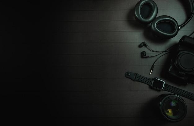 Vista superior do fone de ouvido, relógio de maçã, câmera e lente