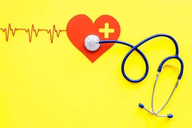 Vista superior do formato do coração com estetoscópio e batimento cardíaco