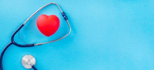 Vista superior do formato do coração com estetoscópio e espaço de cópia