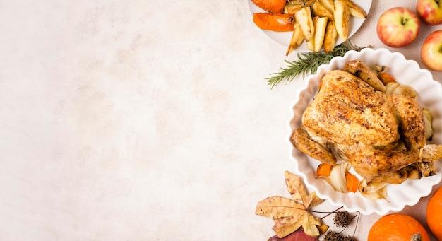 Vista superior do frango assado no dia de ação de graças no prato com espaço de cópia