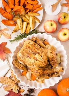 Vista superior do frango assado no dia de ação de graças no prato com outros pratos