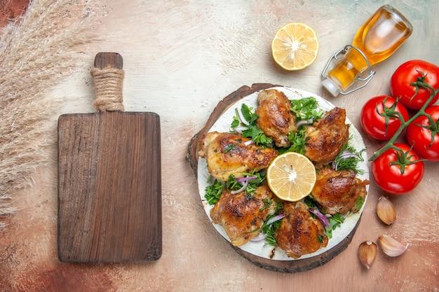 Vista superior do frango óleo tomate alho limão frango com ervas na tábua