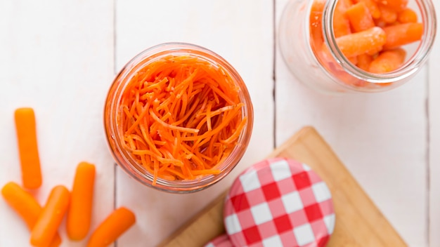 Vista superior do frasco de vidro com cenouras infantis picadas