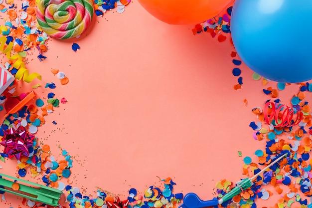 Vista superior do fundo de confetes coloridos de festa