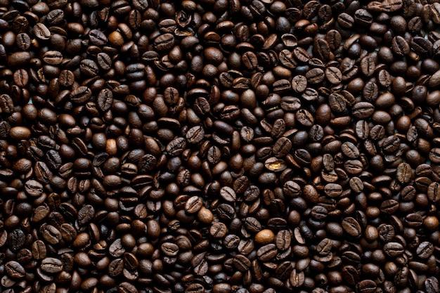 Vista superior do fundo de grãos de café torrados