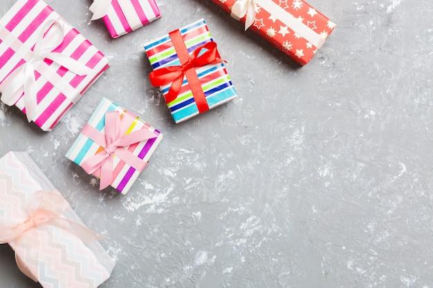 Vista superior do fundo de natal feita de caixas de presente em fundo de cimento. conceito de feriado de ano novo com espaço de cópia
