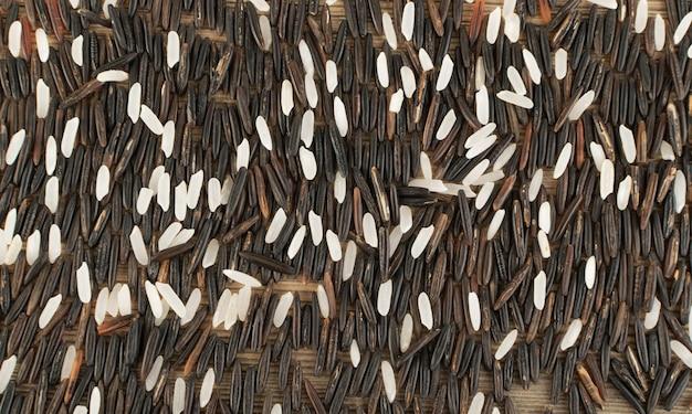 Vista superior do fundo do arroz selvagem preto cru. arroz canadense dietético saudável com textura de arroz branco