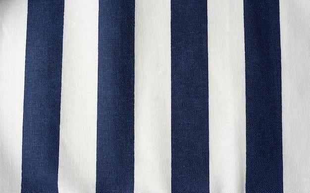 Vista superior do fundo do guardanapo de linho de pano azul e branco despojado