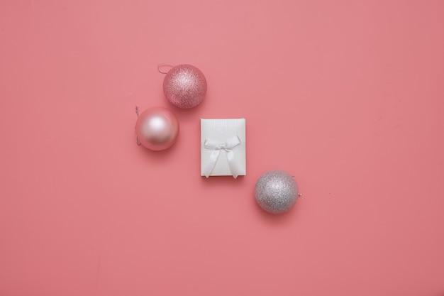 Vista superior do fundo rosa com bolas e caixa de essência