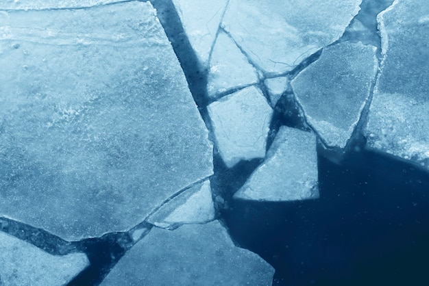 Vista superior do gelo azul rachado, textura de gelo