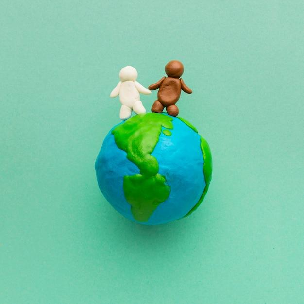 Vista superior do globo de plasticina e pessoas