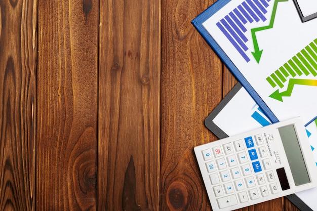 Vista superior do gráfico de papel de negócios ou gráfico na mesa de madeira