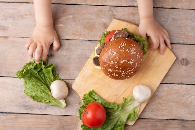 Vista superior do hambúrguer com ingredientes