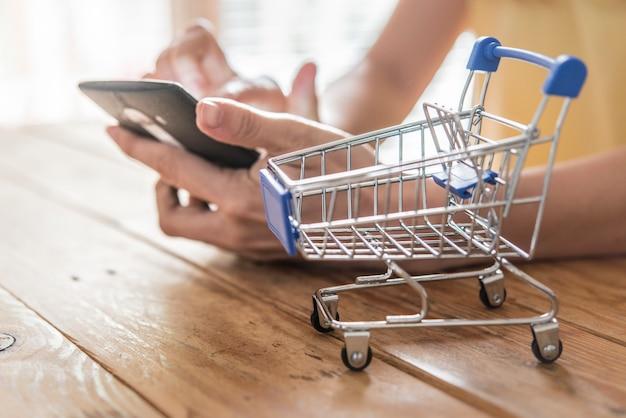 Vista superior do homem usando cartão de crédito para compras on-line