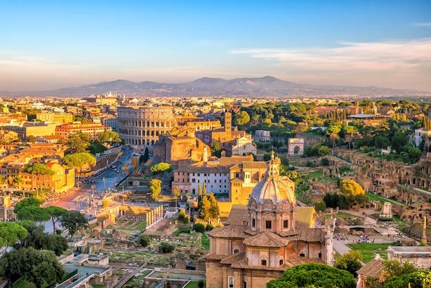 Vista superior do horizonte da cidade de roma com o coliseu do castel sant'angelo, itália.