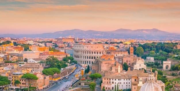 Vista superior do horizonte da cidade de roma com o coliseu e o fórum romano na itália.