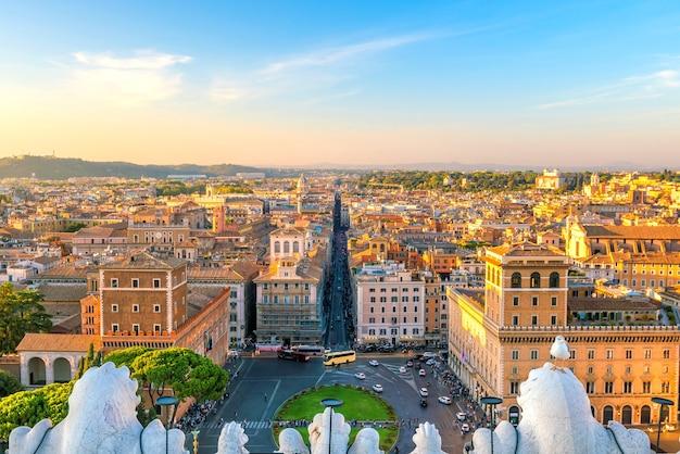 Vista superior do horizonte da cidade de roma de castel sant'angelo, itália.