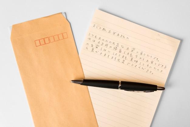 Vista superior do idioma japonês com caneta