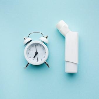 Vista superior do inalador de asma e do gerenciamento de tempo