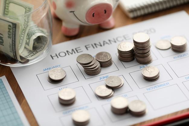 Vista superior do inversor de moedas com calendário de papel contra