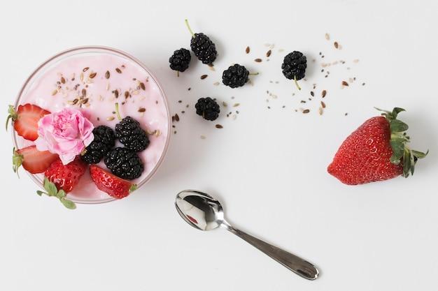 Vista superior do iogurte de frutas com rosa