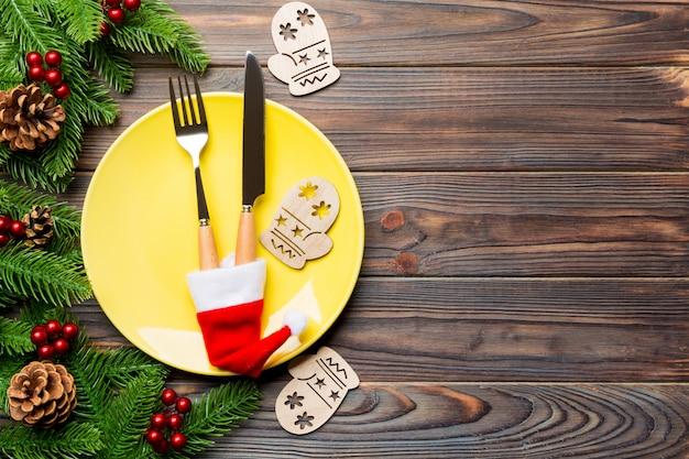 Vista superior do jantar de natal na superfície de madeira.