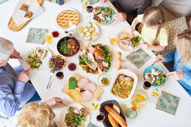 Vista superior do jantar em família