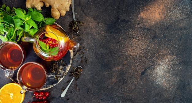Vista superior do jogo de chá no fundo escuro