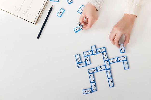 Vista superior do jogo de dominó