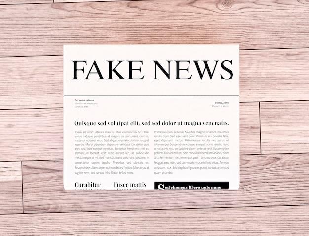 Vista superior do jornal com notícias falsas