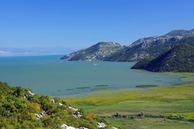 Vista superior do lago skadar e das montanhas