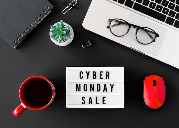 Vista superior do laptop com café e caixa de luz para cyber segunda-feira