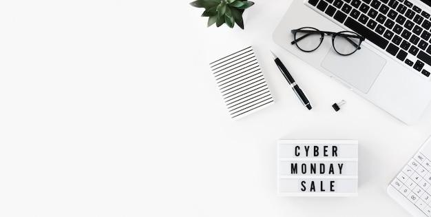 Vista superior do laptop com caixa de luz e planta para cyber segunda-feira