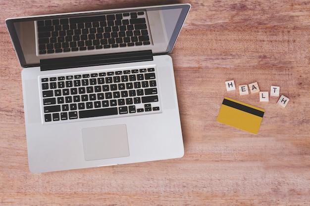 Vista superior do laptop com cartão de crédito na mesa superior